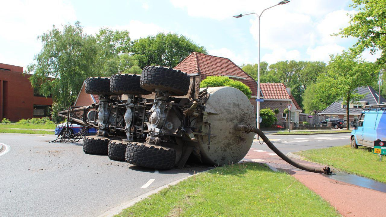Ongeluk met een luchtje in Albergen: gekantelde giertank lekt inhoud op straat.