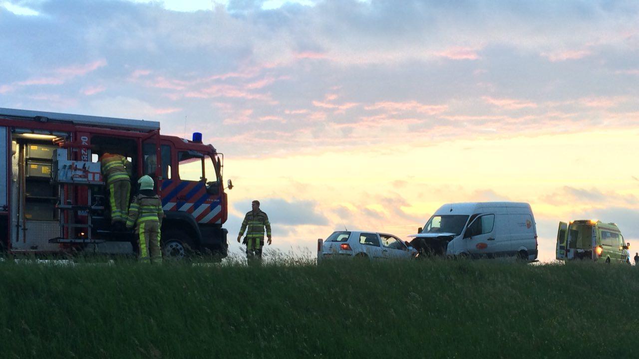 Dijk tussen Olst en Deventer dicht na ernstig ongeluk bij Diepenveen.