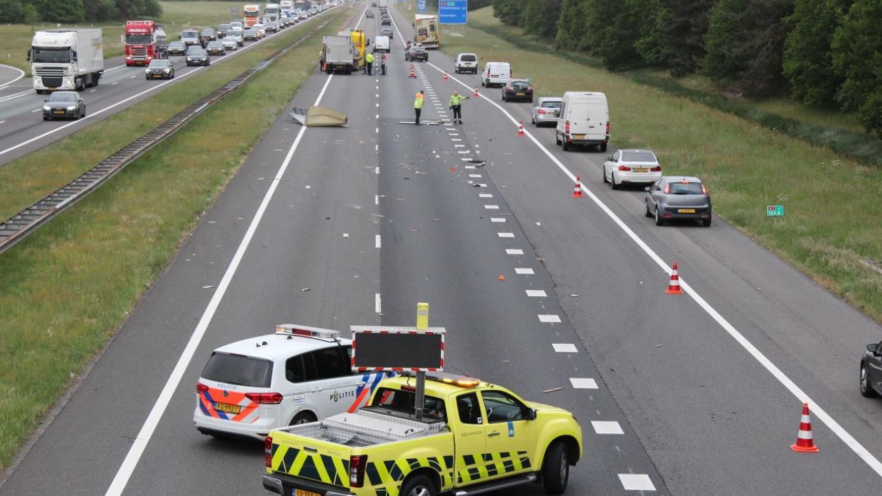Lange file na ongeval op A1 bij Terschuur.