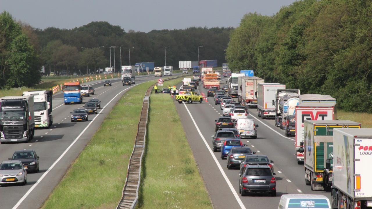 Weer een ongeluk op de A1: file bij Holten opgelost.