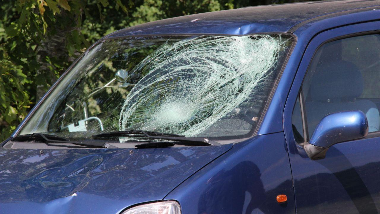 Fietsster gewond na aanrijding met auto in Holten.