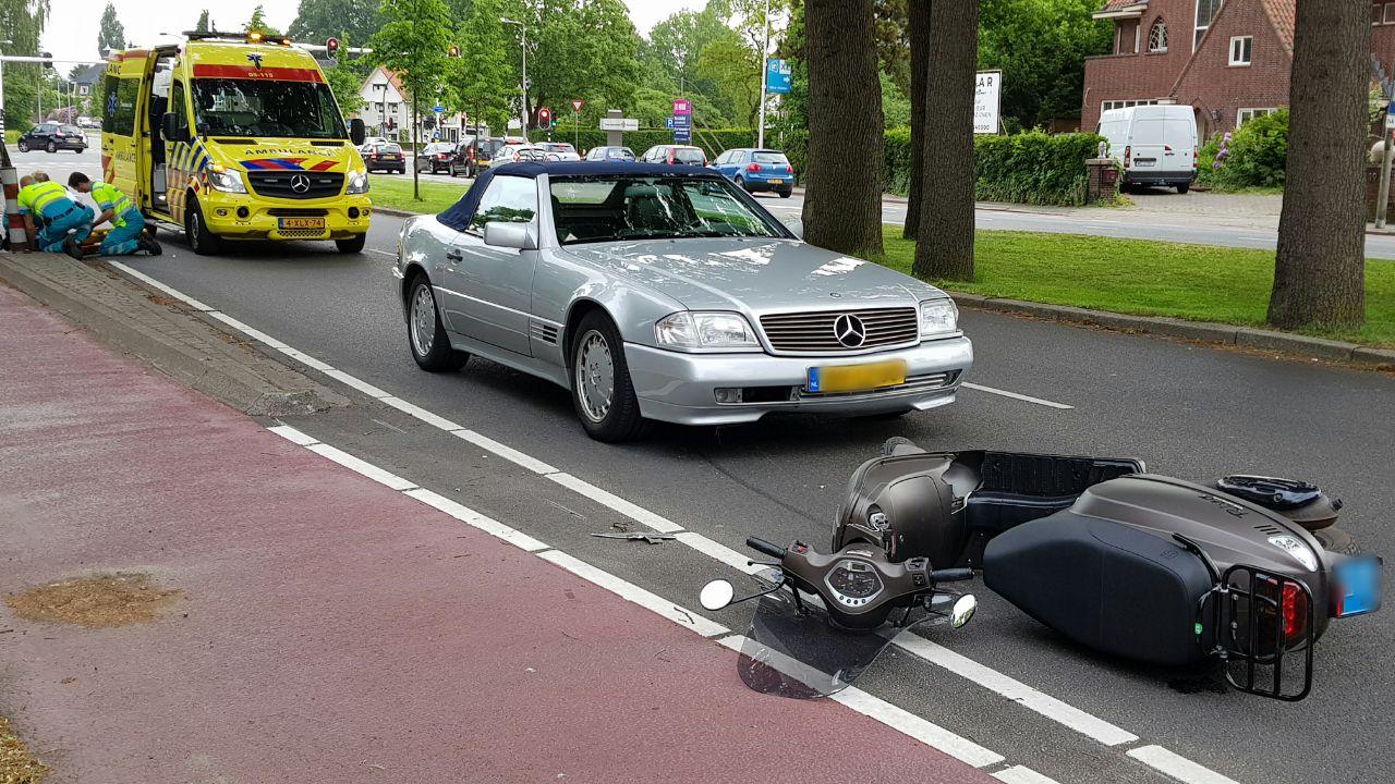 Scooterrijdster gewond na aanrijding in Enschede.