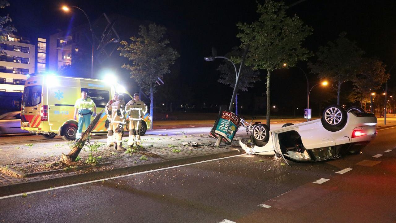 Ravage bij ongeluk op Boulevard 1945 in Enschede.