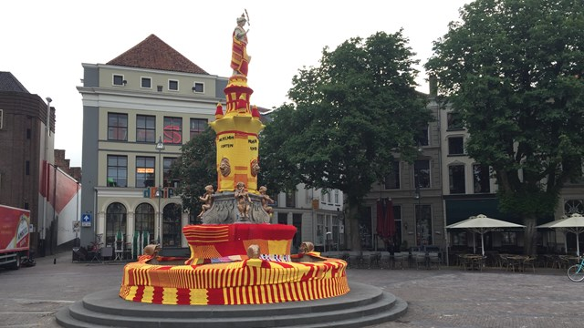 RTV Oost / Bart Kieft - fotograaf: Brink in Deventer kleurt rood-geel