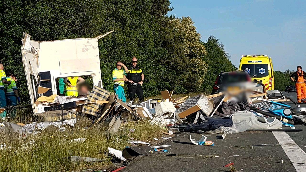 Vakantie eindigt ellendig: caravan verwoest na ongeval op A35 bij Borne.