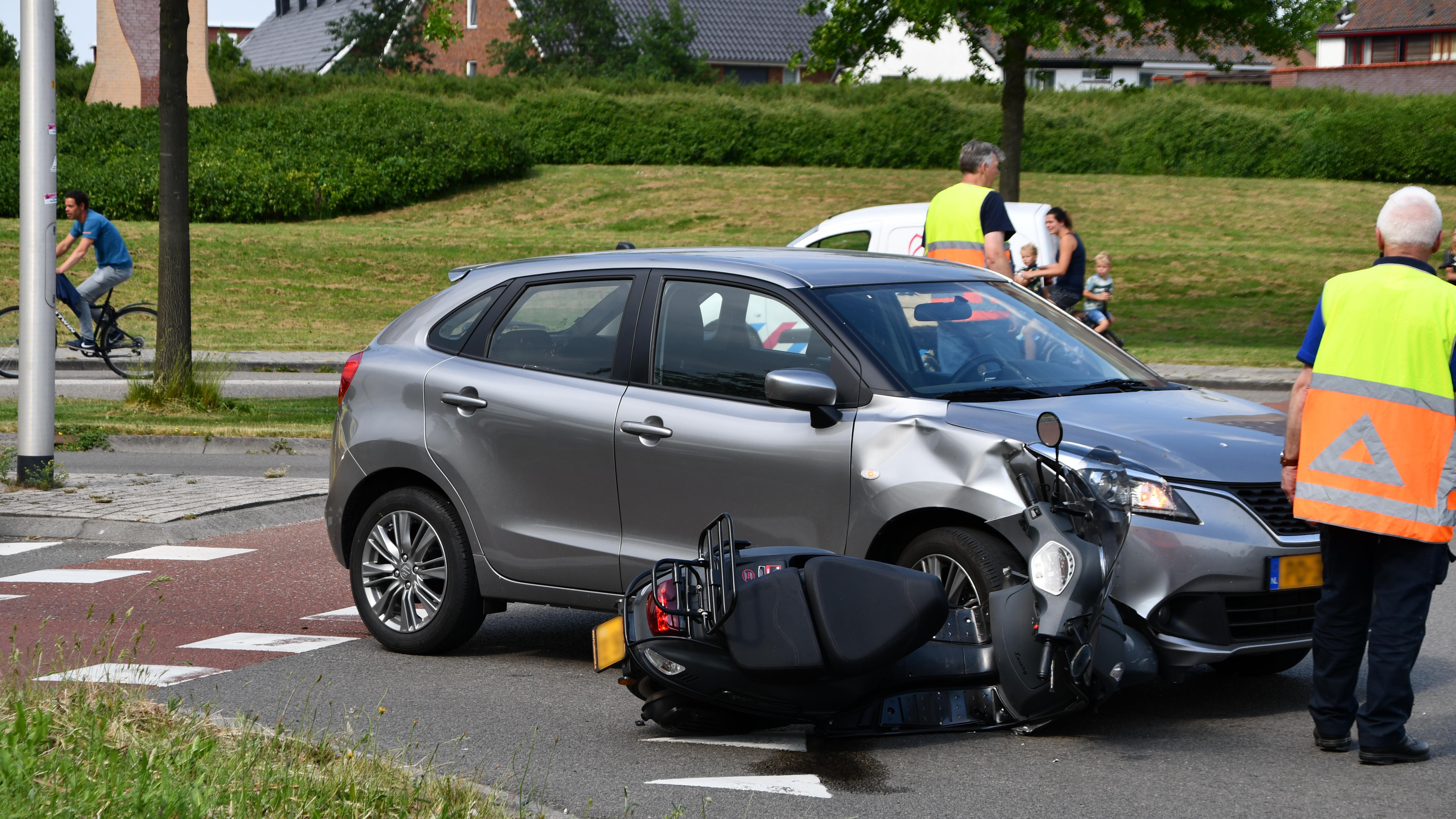 Scooterrijder gewond bij aanrijding in Kampen.
