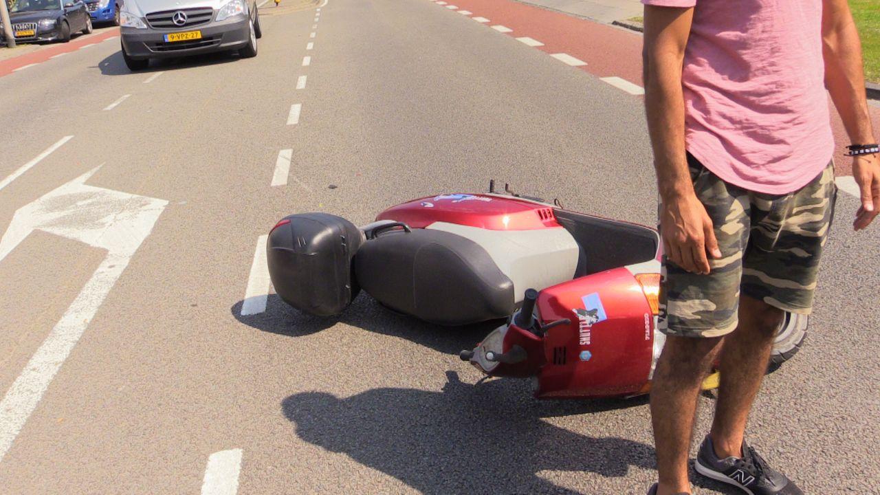 Scooterrijdster gewond bij botsing in Enschede.