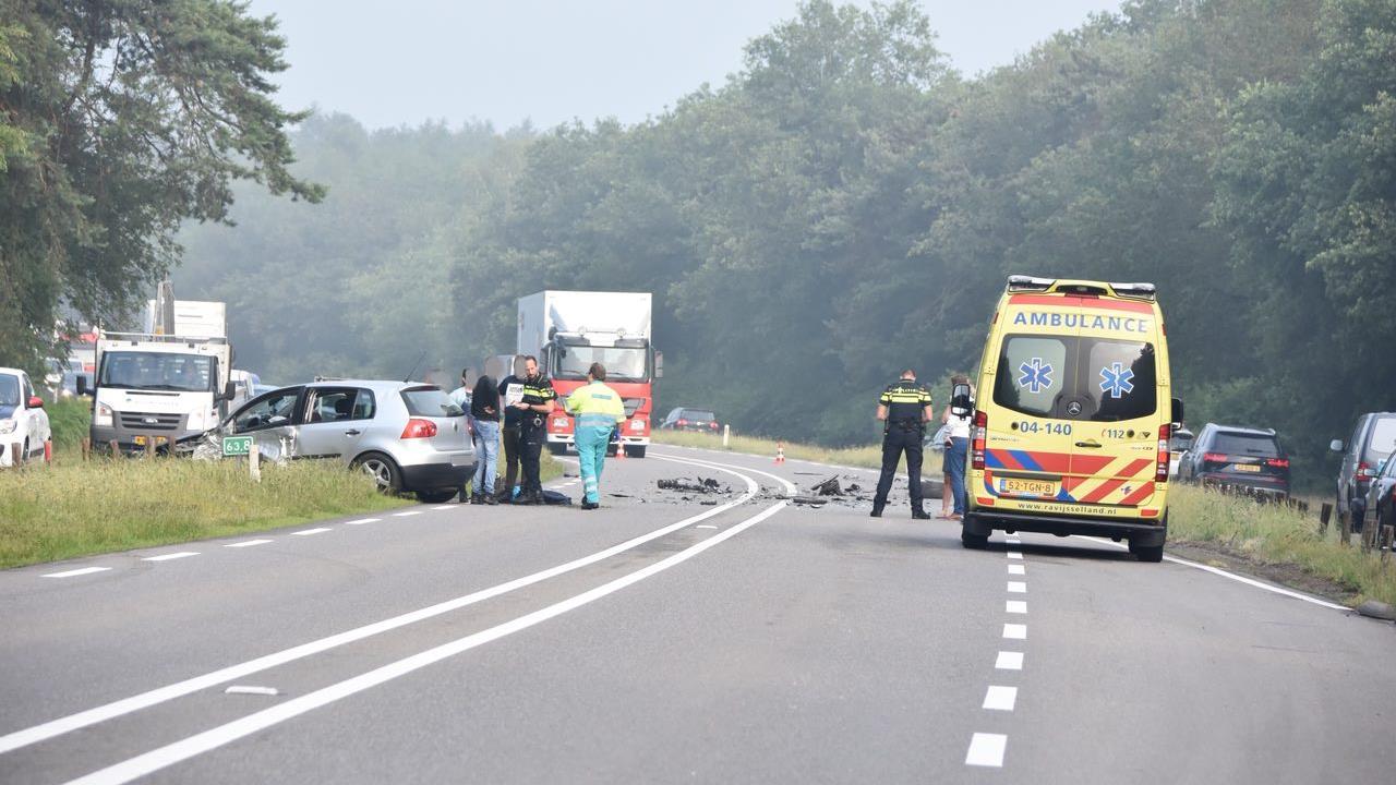N340 tussen Oudleusen en Ommen afgesloten na botsing tussen twee personenautos.