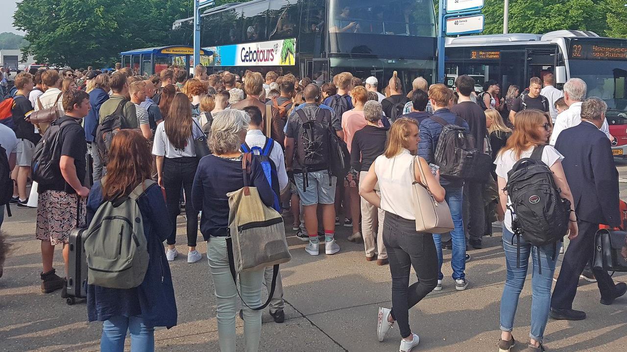 Aanrijding met trein bij Staphorst zorgt voor chaos onder reizigers op station Meppel.
