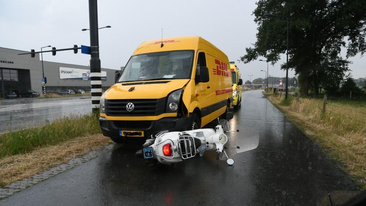 Scooterrijder gewond na aanrijding met bestelbus in Enschede.
