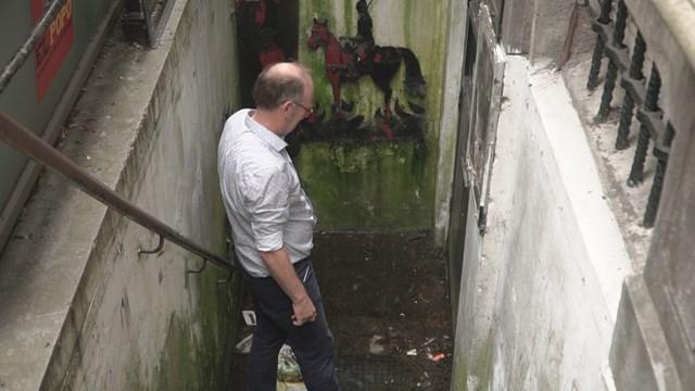 Schrijver Almar Otten bij de deur naar de ruimte waar Tjalling Tjalkens dood werd gevonden - fotograaf: RTV Oost - Tom Meerbeek