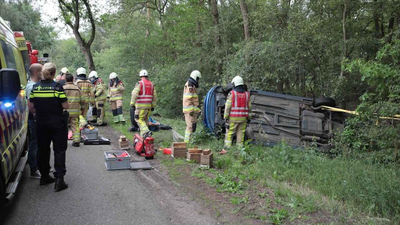 Auto belandt op de kop in sloot na aanrijding 's-Heerenberg.