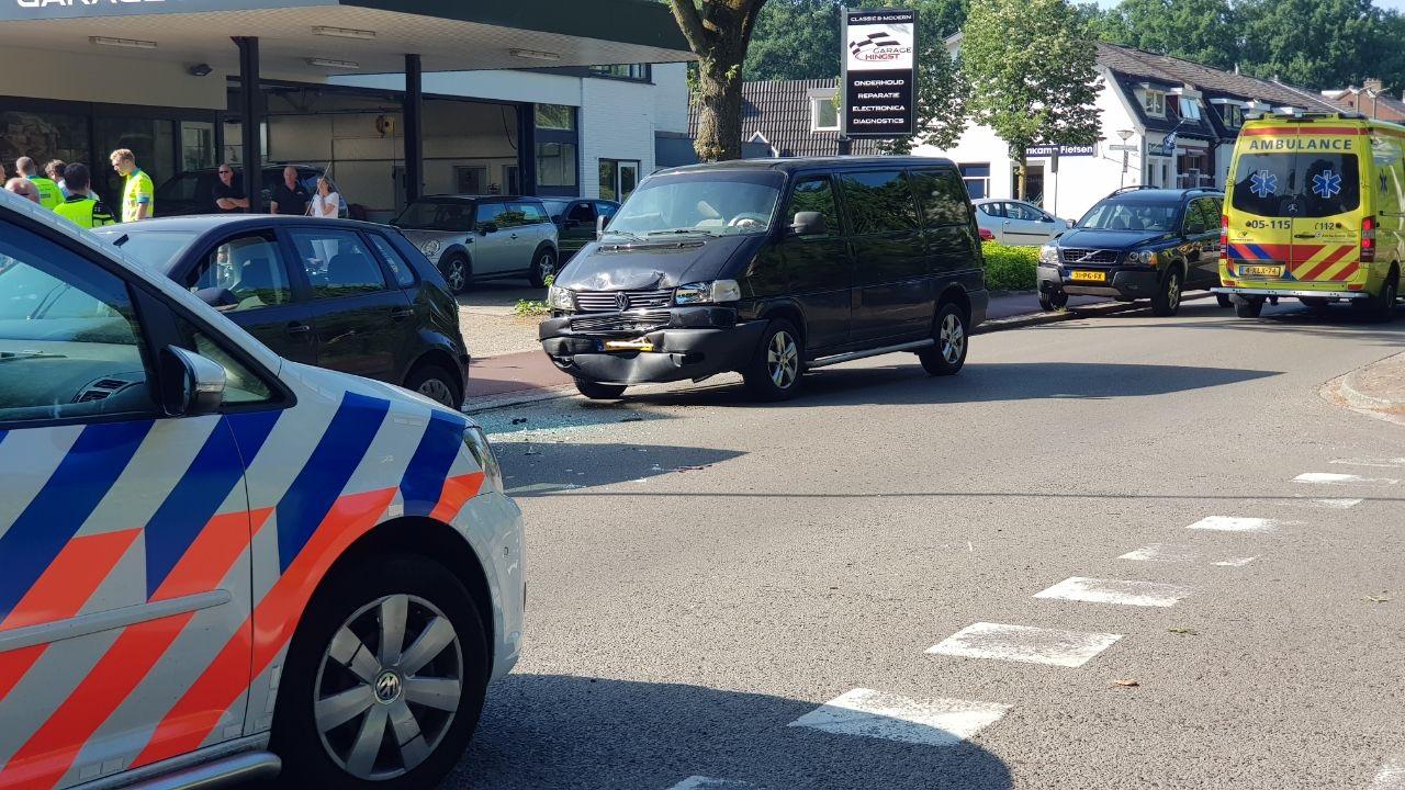 Meisje raakt gewond bij botsing tussen autos in Enschede.