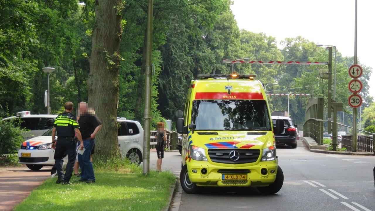 Kind op step gewond door botsing met auto in Enschede.