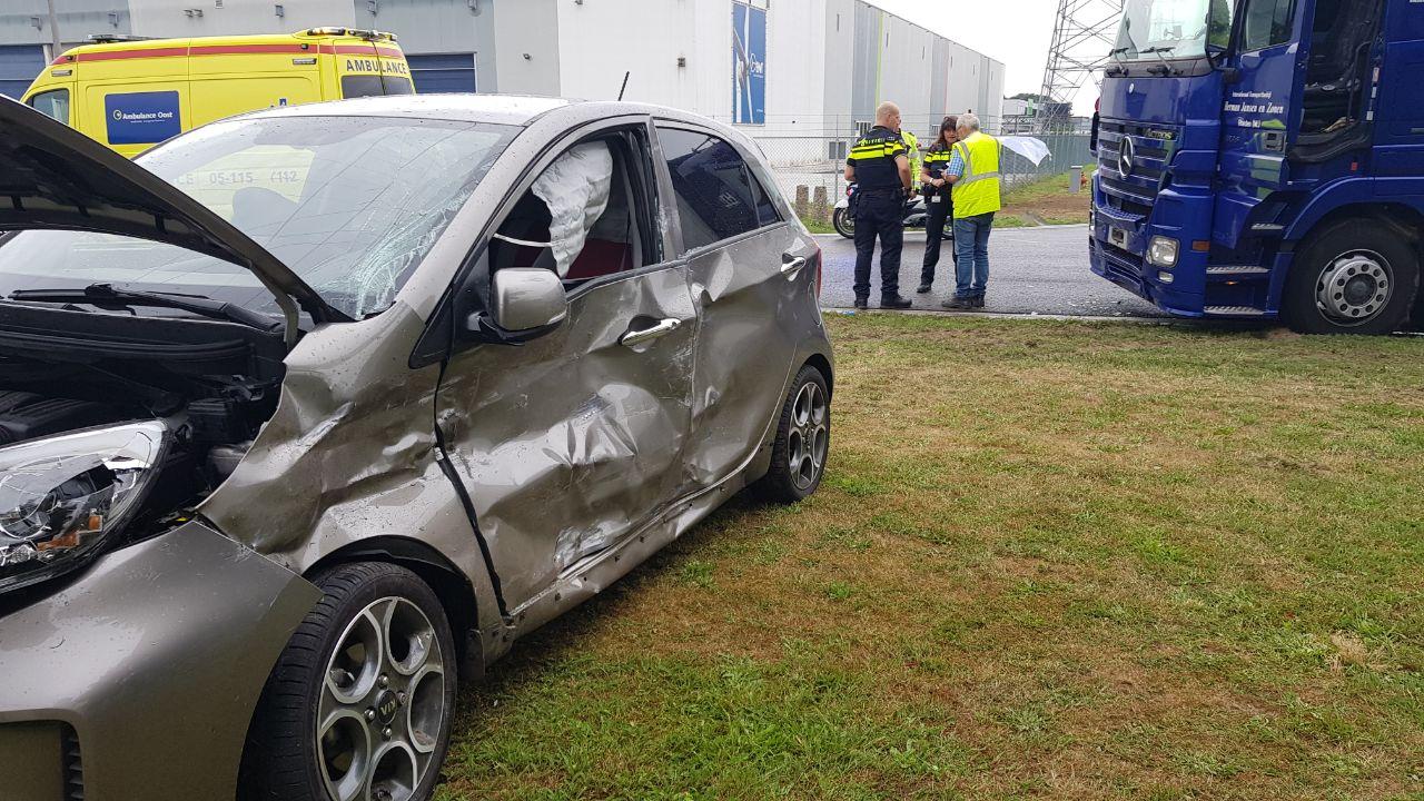 Auto total loss na botsing met vrachtwagen in Enschede.