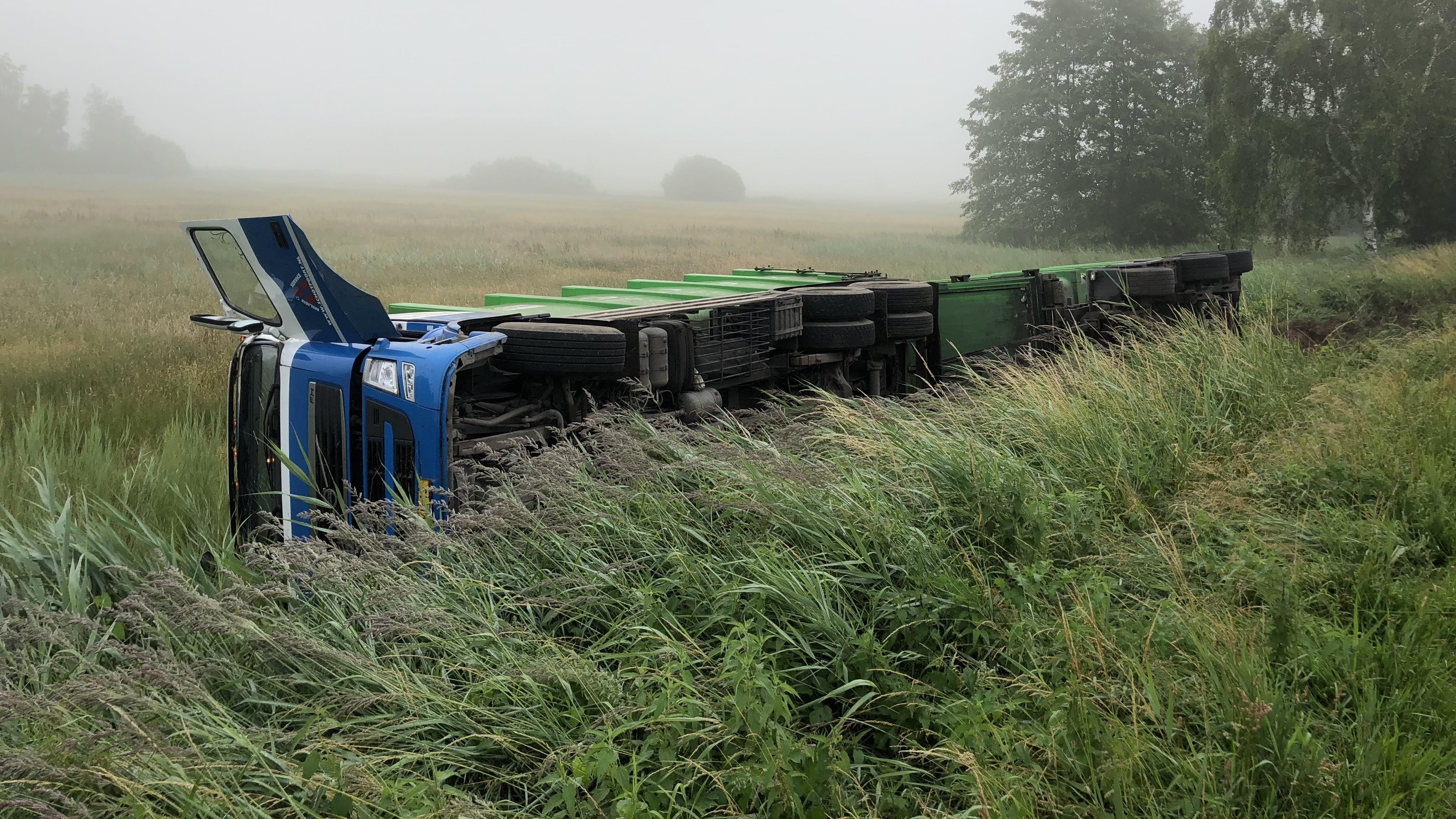 Vrachtwagencombinatie ligt gekanteld in de berm bij Lemelerveld.