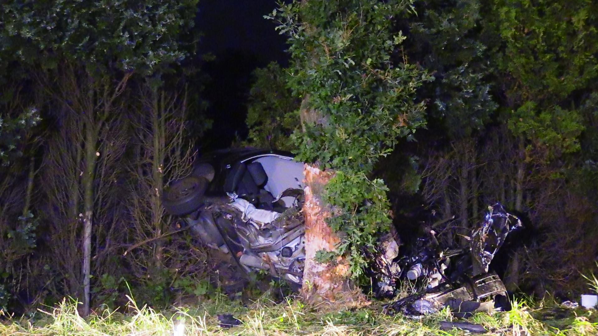 Auto volledig in de kreukels bij botsing op boom in De Krim, bestuurder gewond.