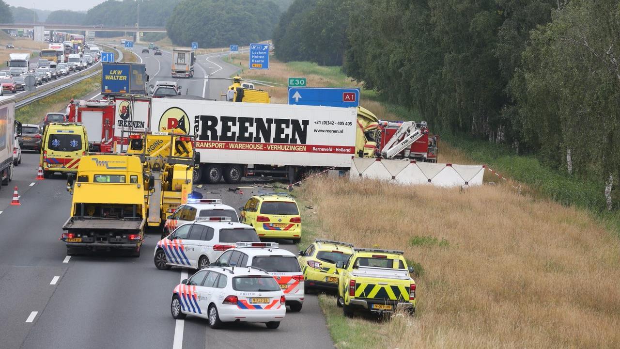 A1 tussen Rijssen en Lochem nog uren afgesloten na ernstig ongeluk.