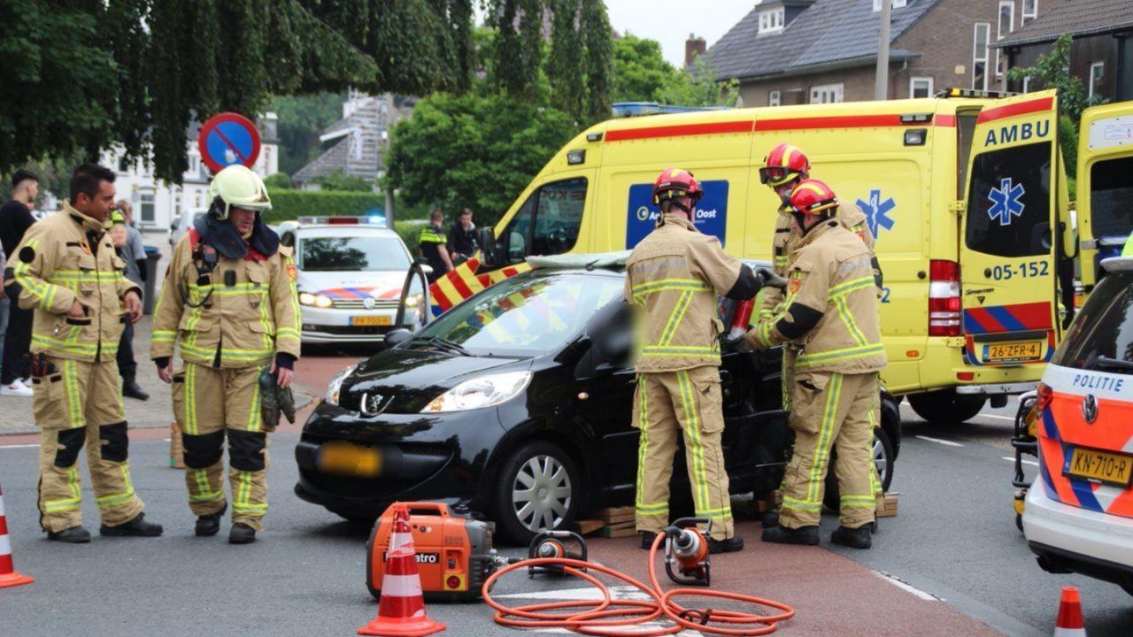 Vrouw moet uit auto geknipt worden na ongeluk in Almelo.