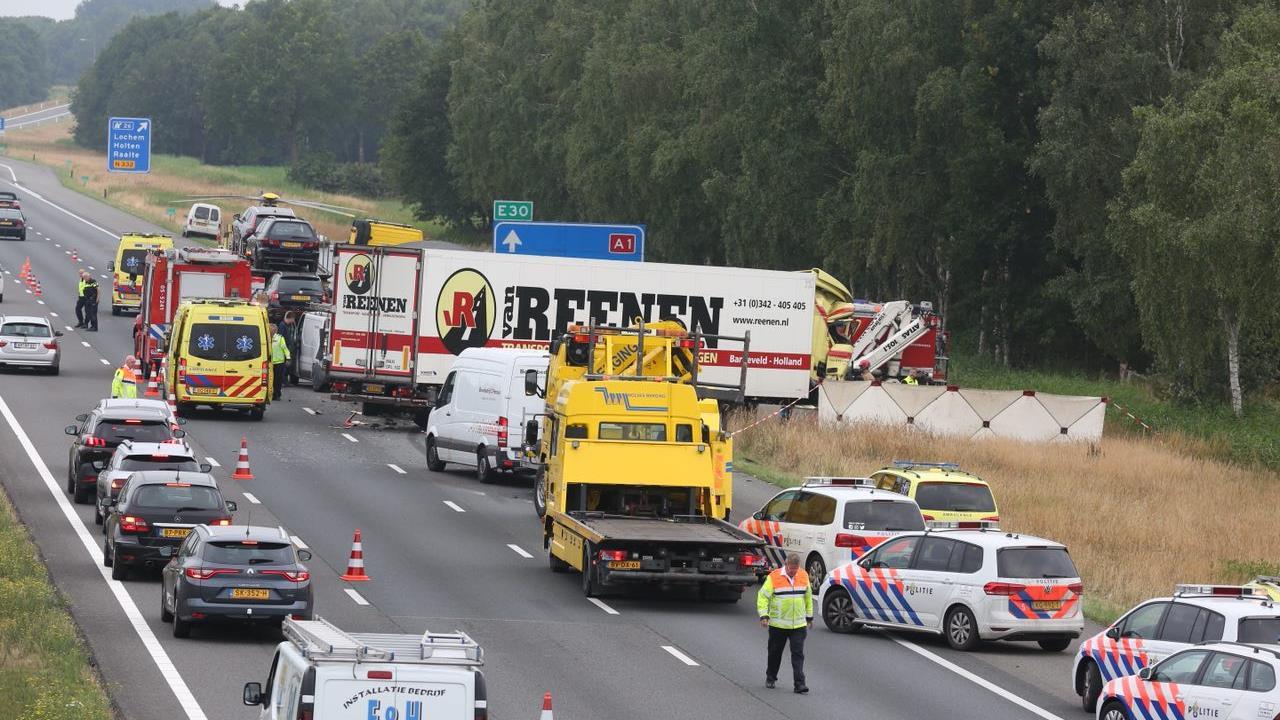 Holten - Vrachtwagenchauffeur omgekomen bij ongeval op A1.