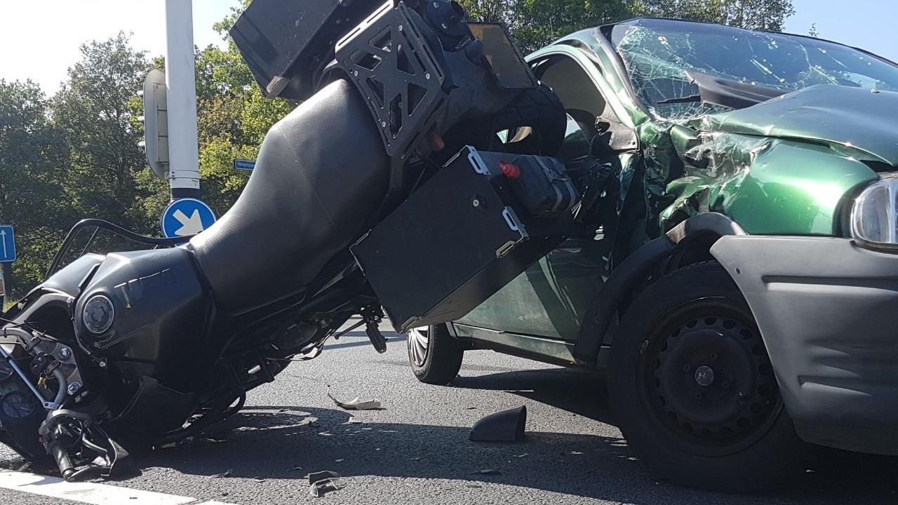 Motorrijder zwaargewond na botsing met auto bij Delden.