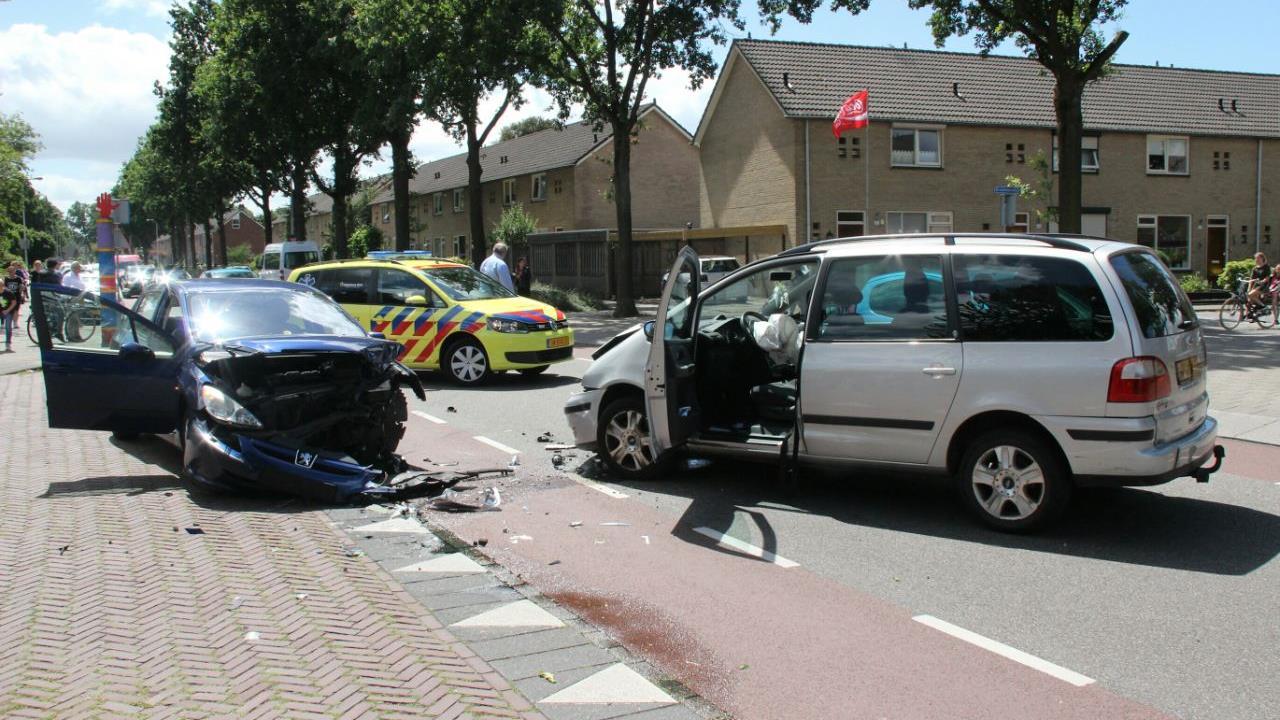 Automobilist loopt brandwonden op door airbag bij ongeluk in Rijssen.
