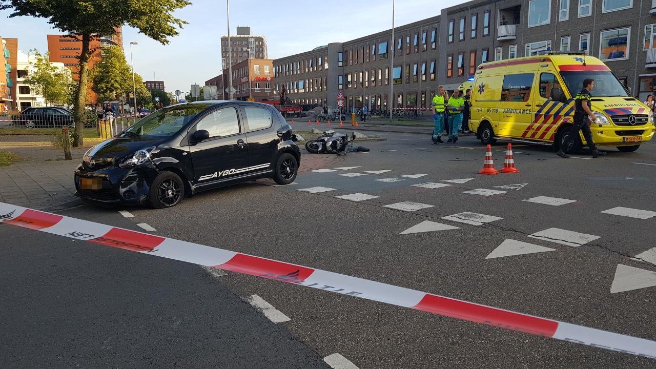 Scooterrijder en passagier gewond bij aanrijding in Enschede.