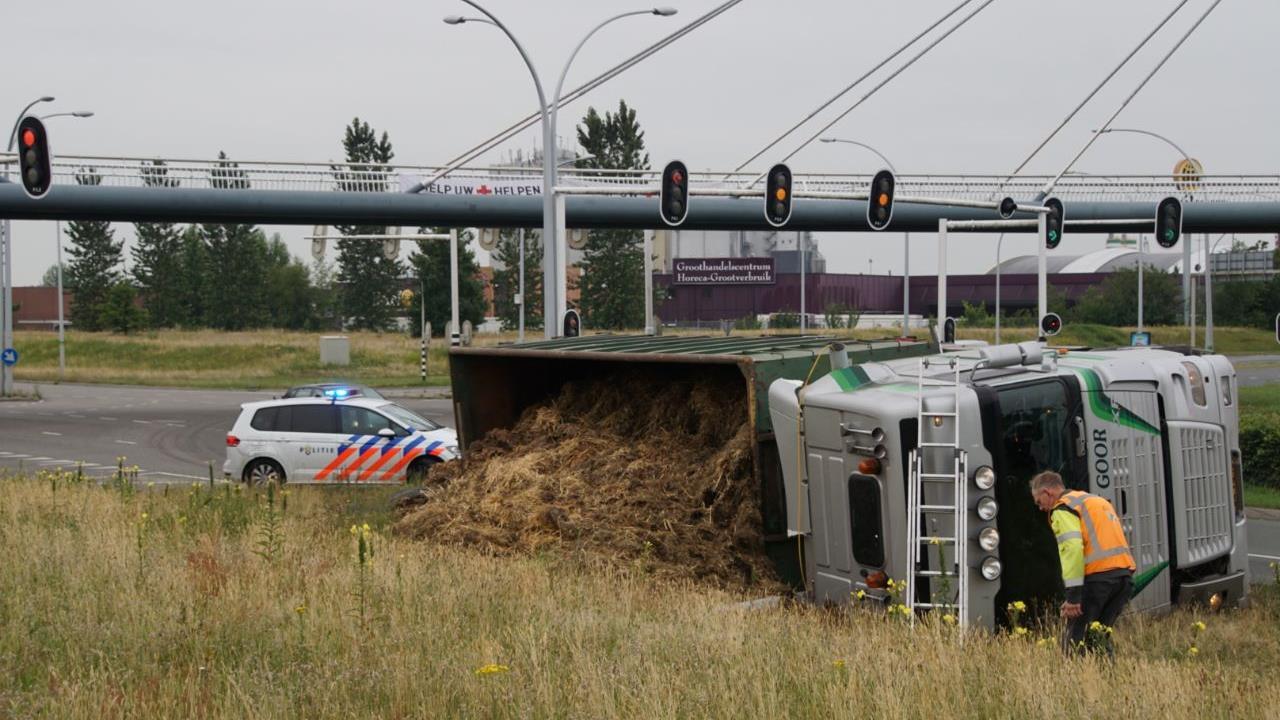 Vrachtwagen met mest gekanteld in Zwolle.