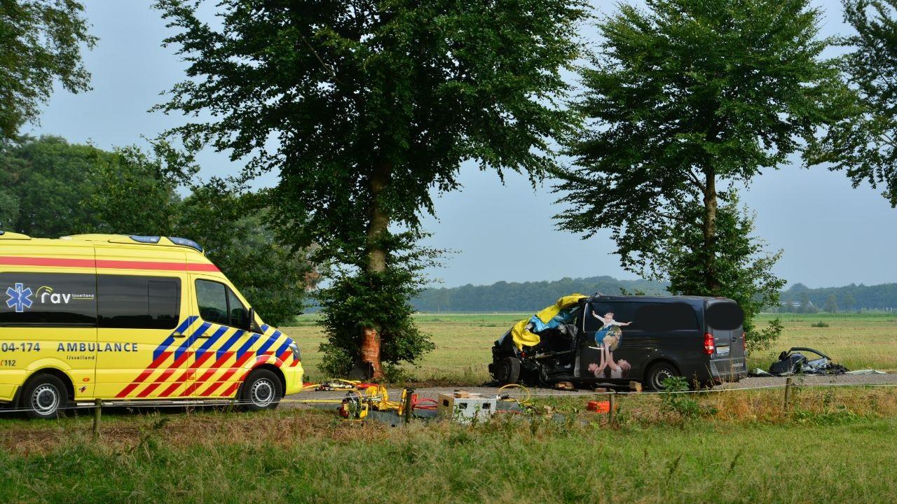 Bestuurder zit half uur bekneld na ongeluk in Raalte.
