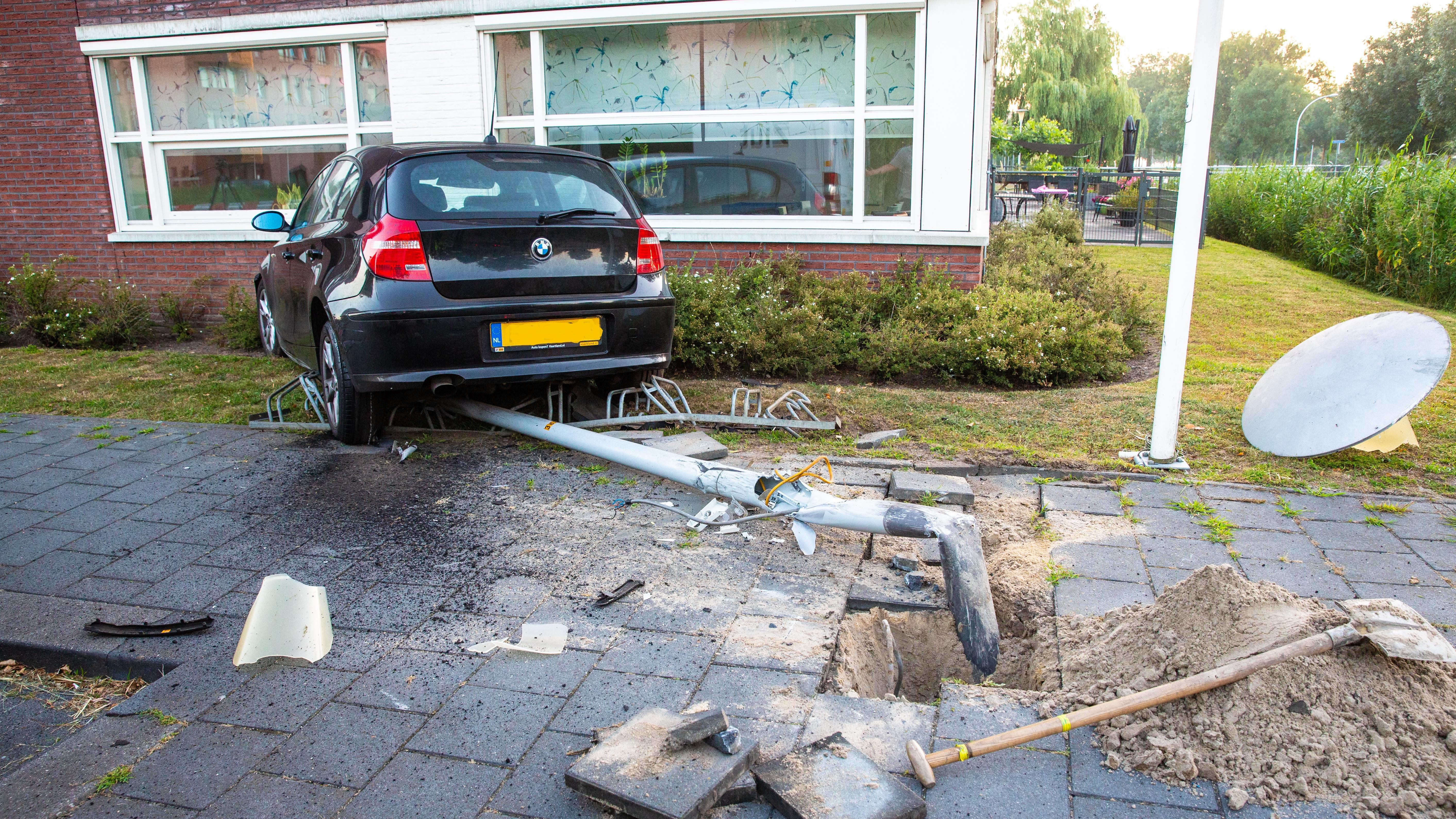 Wilde politieachtervolging in Zwolle eindigt in botsing tegen huis.