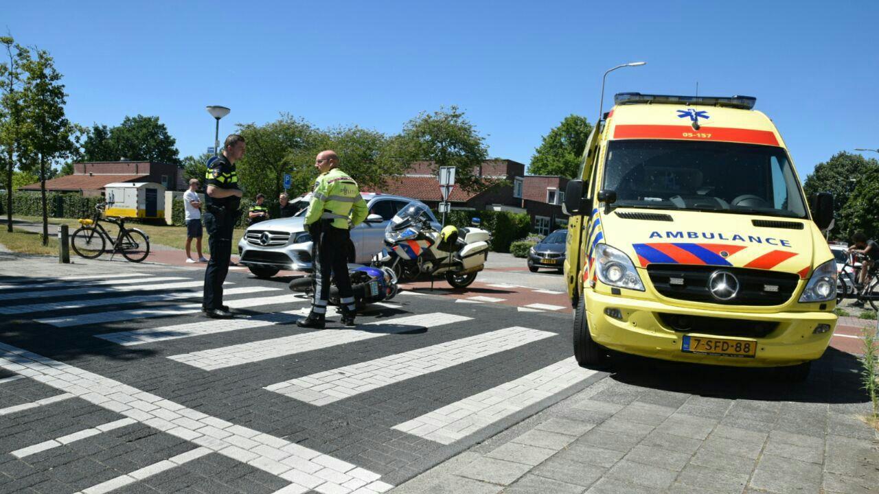 Scooterrijder raakt gewond bij aanrijding met auto in Almelo.