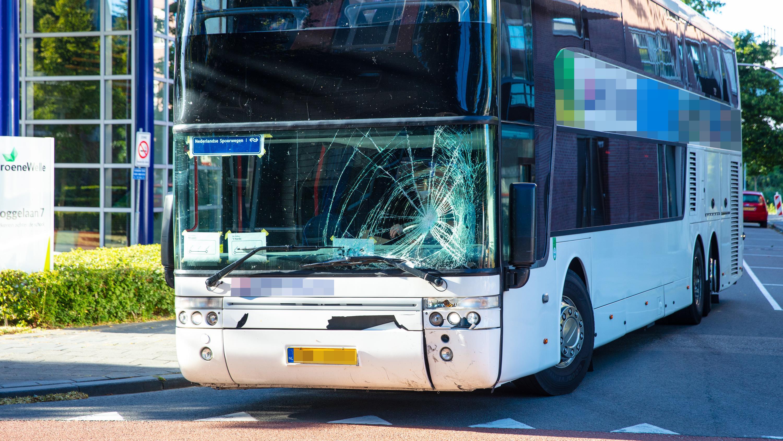 Scooterrijder gewond na aanrijding bus station Zwolle.