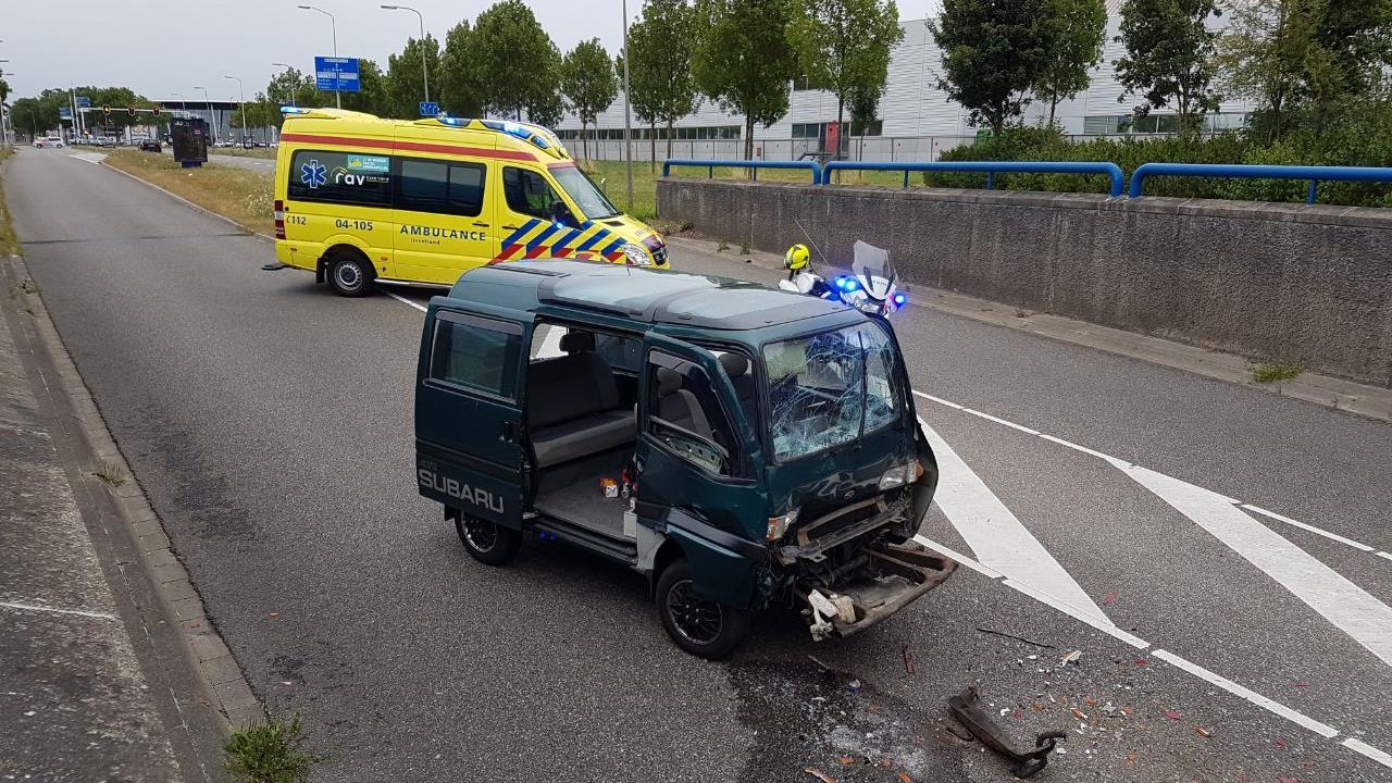 Auto op zijn kop in sloot Voorthuizen na aanrijding.