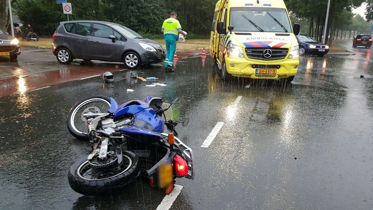 Motorrijder gewond na aanrijding in Enschede.