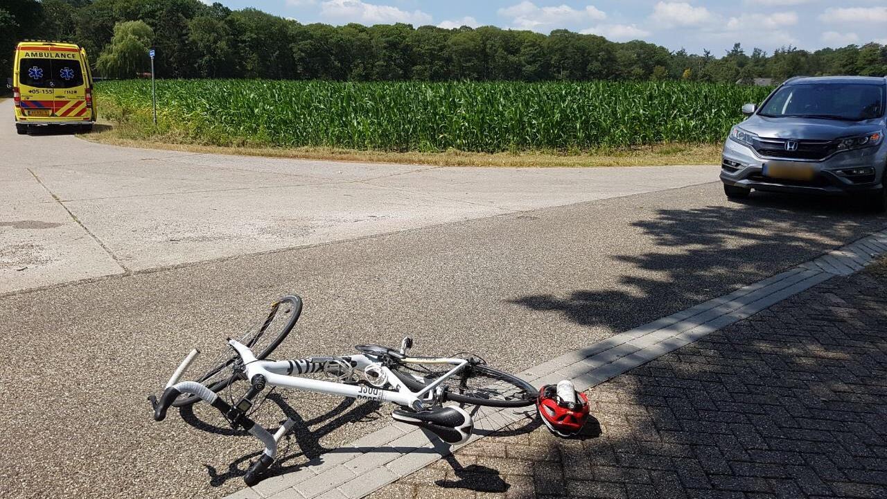 Wielrenner komt in botsing met auto en moet naar ziekenhuis.