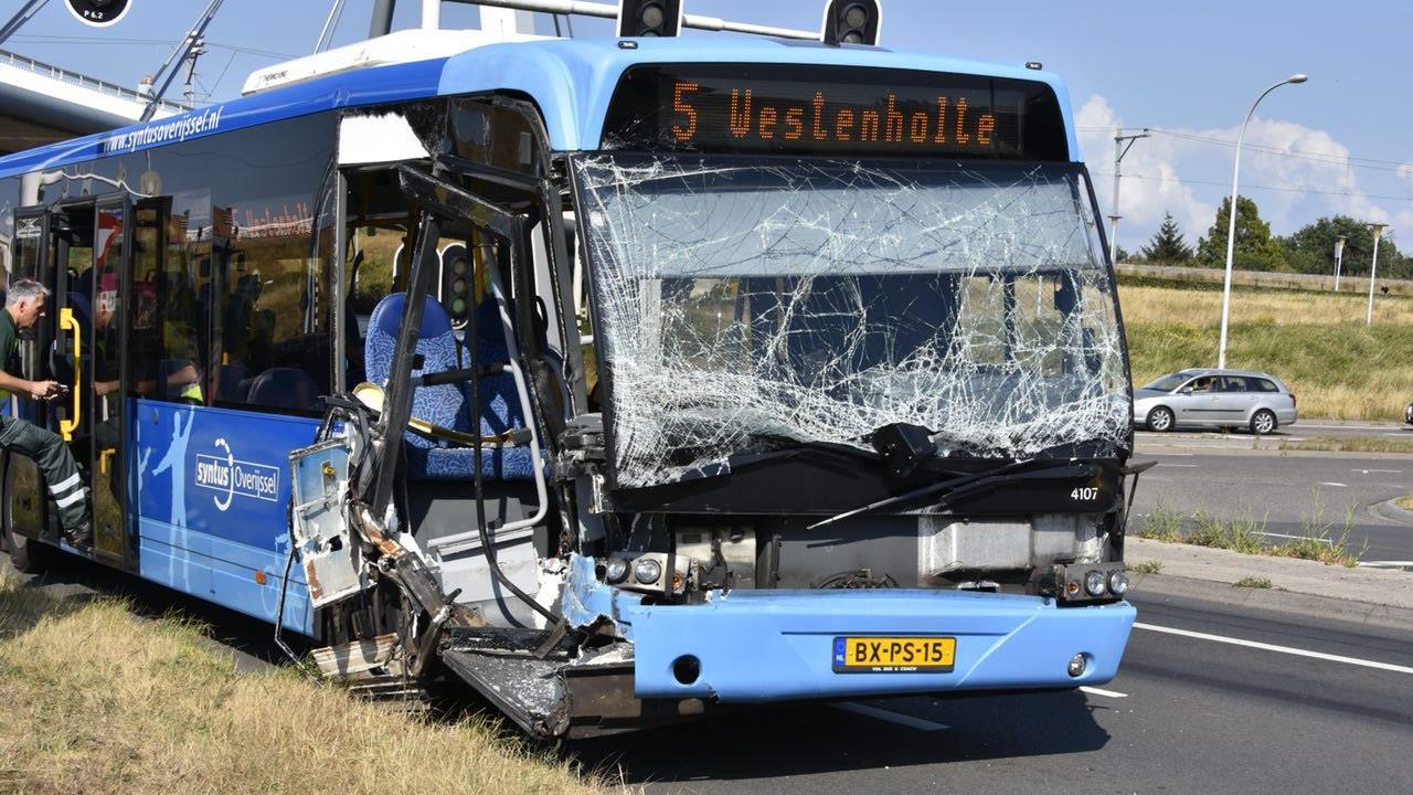 Aanrijding tussen lijnbus en tractor in Zwolle, twee personen gewond.