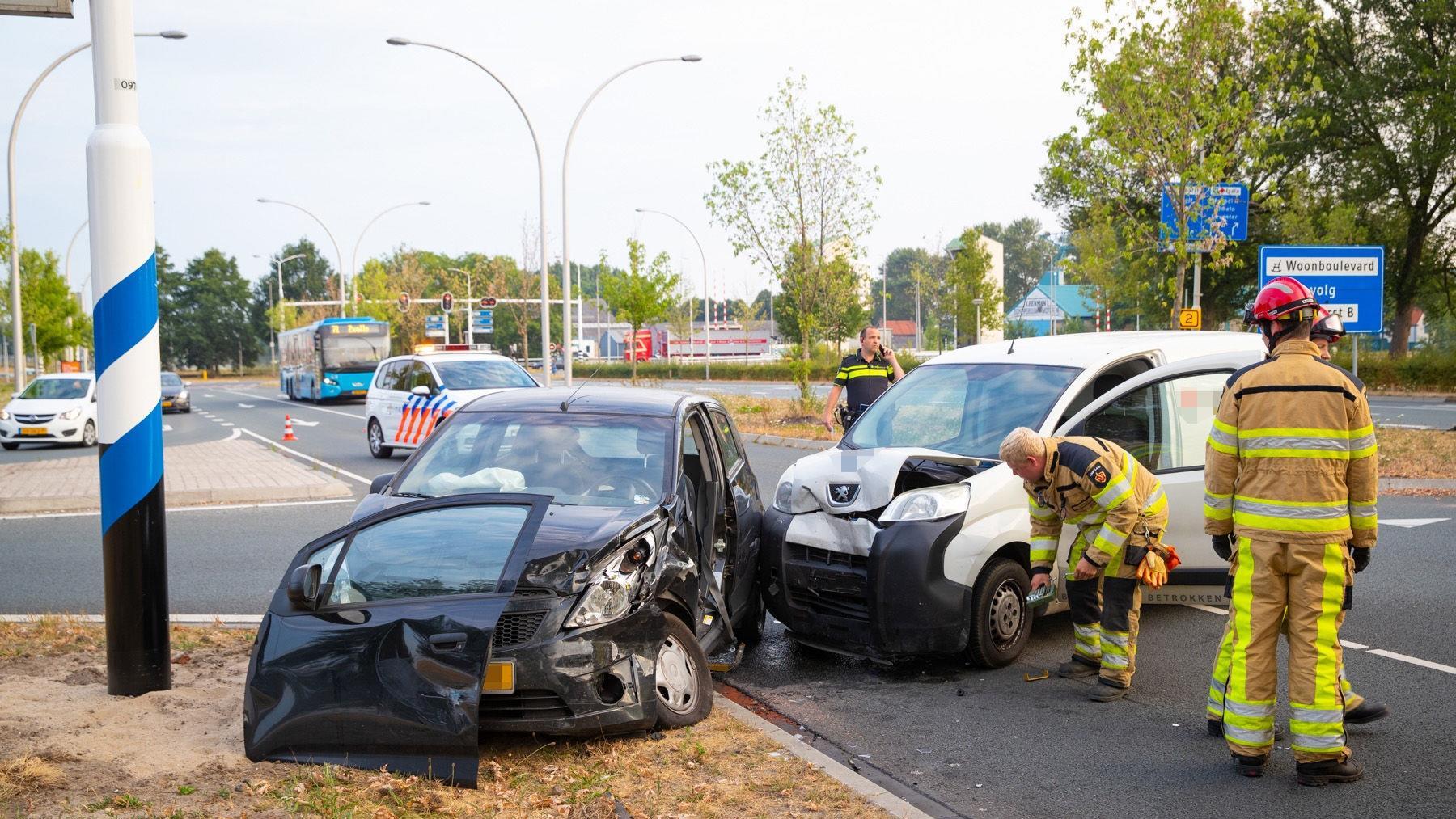 Brandweer haalt beknelde man uit auto na botsing in Zwolle.