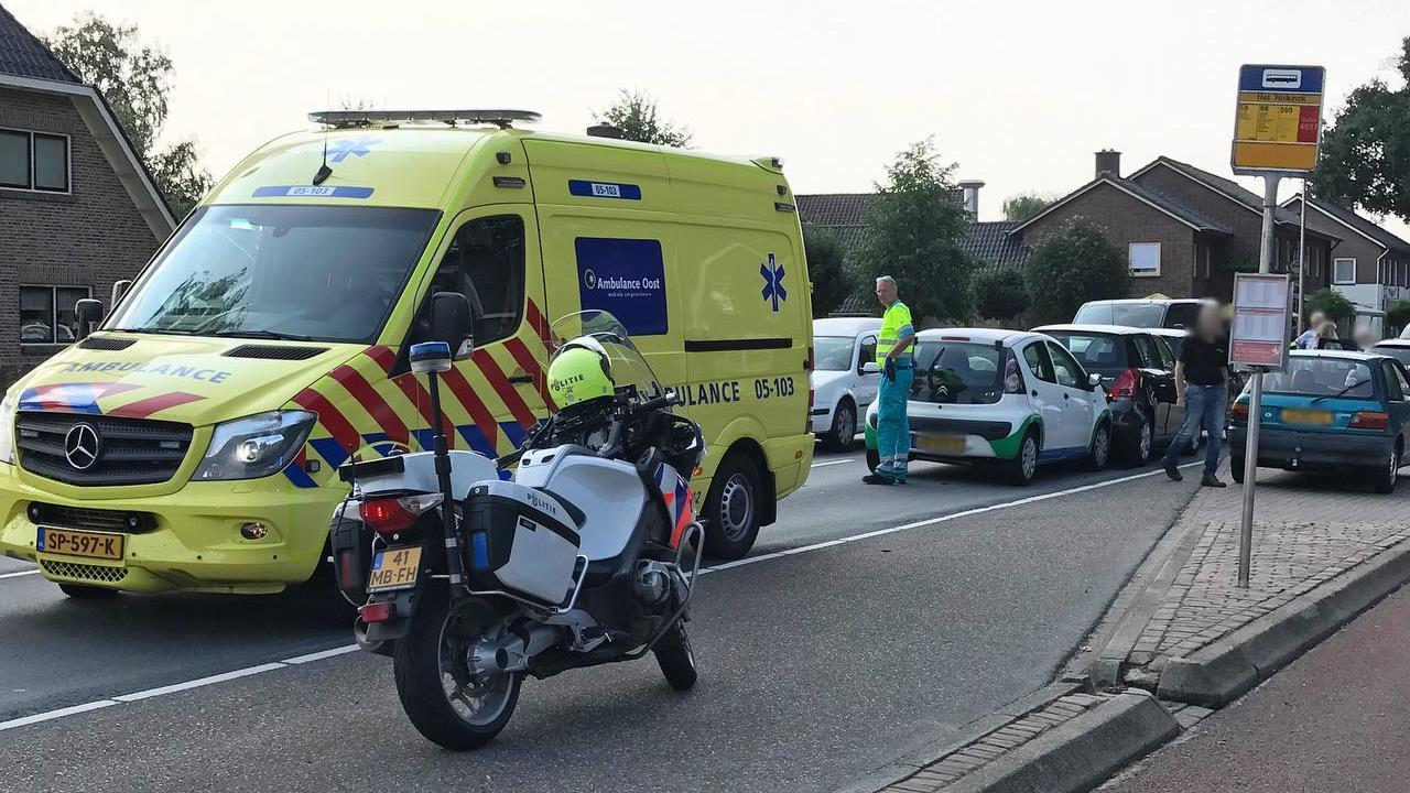 Gewonden bij botsing met meerdere voertuigen in Weerselo.