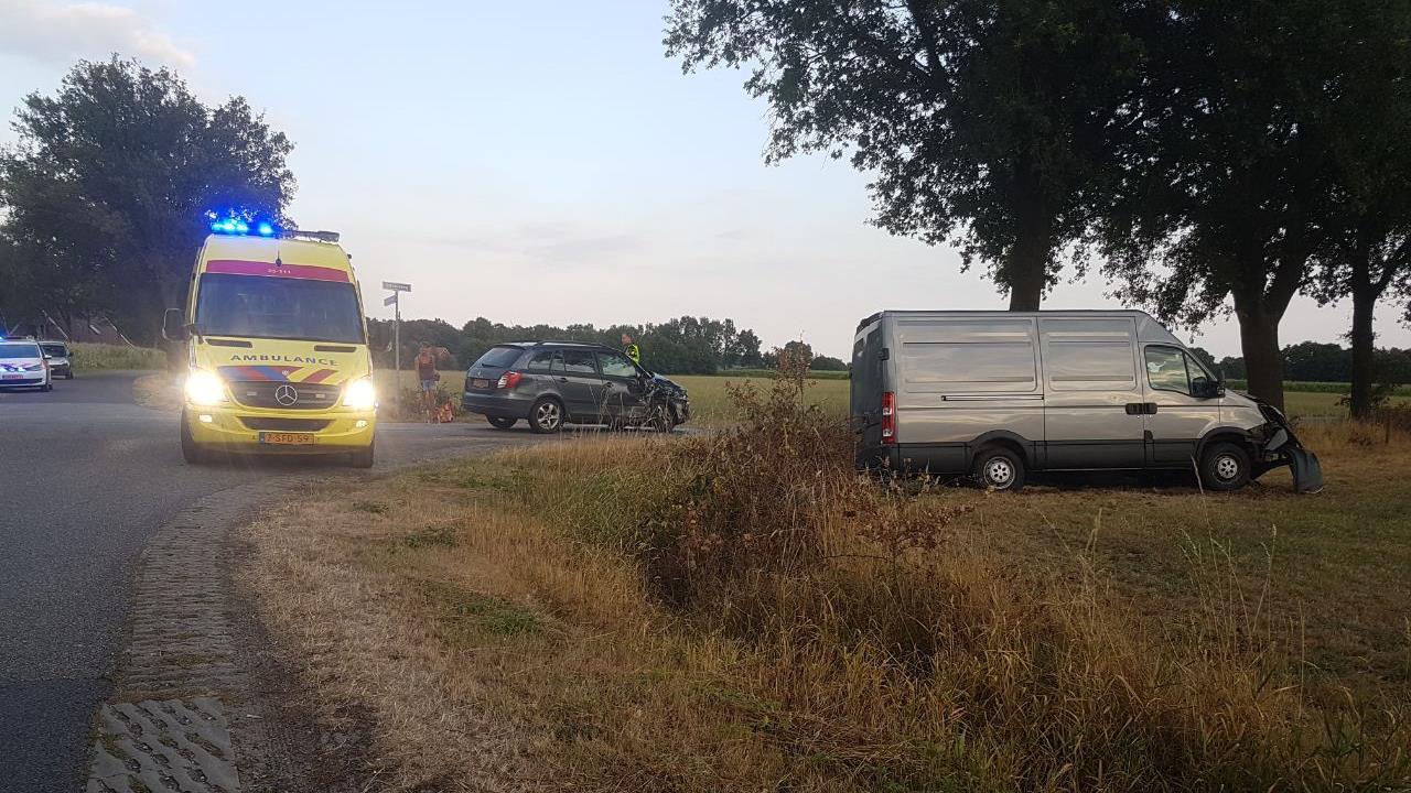 Gewonde en veel schade bij ongeluk in buitengebied Haaksbergen.