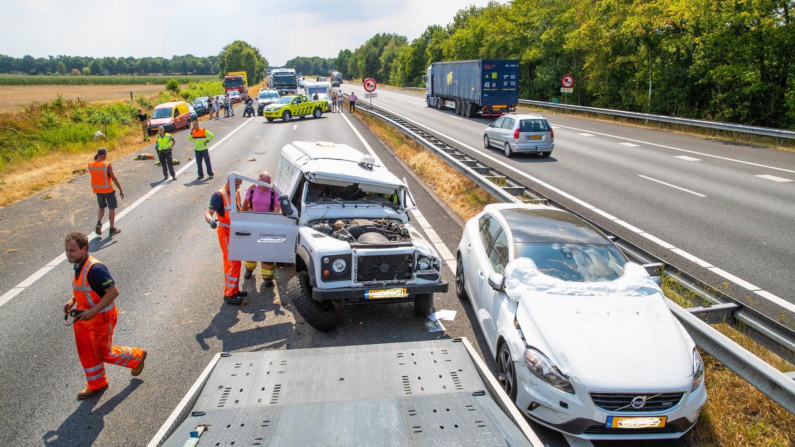 Hulpverleners over ongeval op A28: Nog nooit zon chaos meegemaakt.