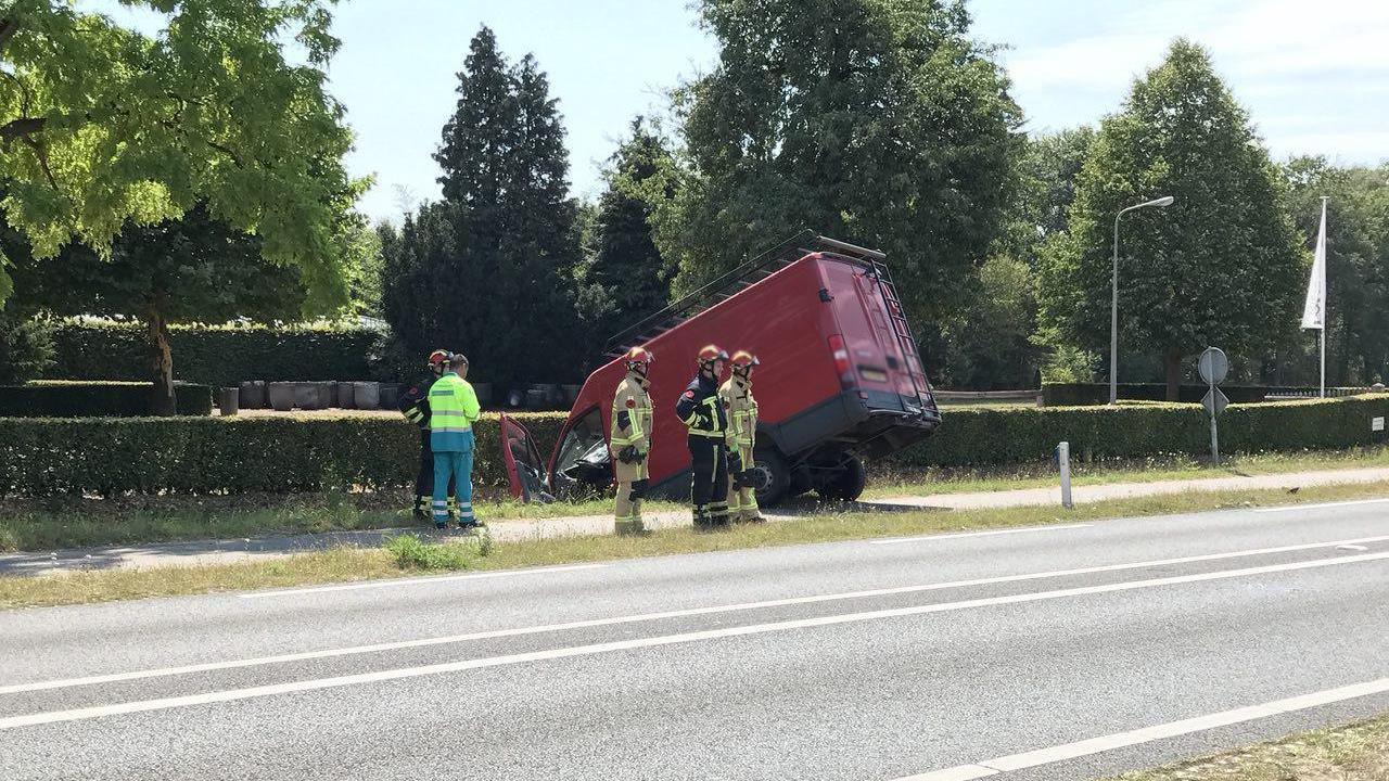 Twee gewonden bij botsing busje en auto in Deurningen.