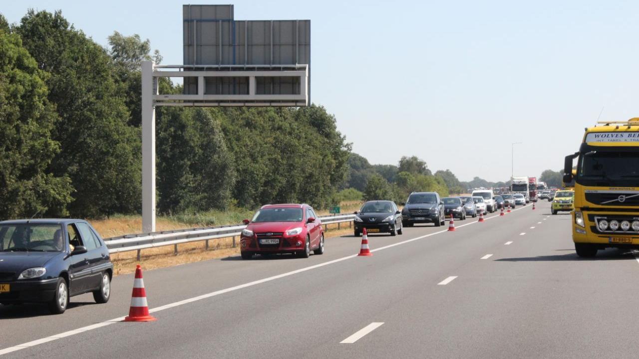 Lange file na ongeluk op A1 bij Deventer, zes gewonden.