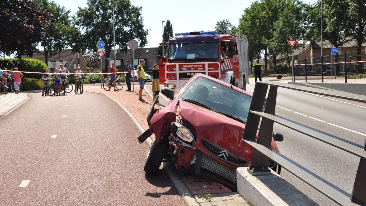 Man raakt gewond door botsing tegen hekwerk spoortunnel in Rijssen.