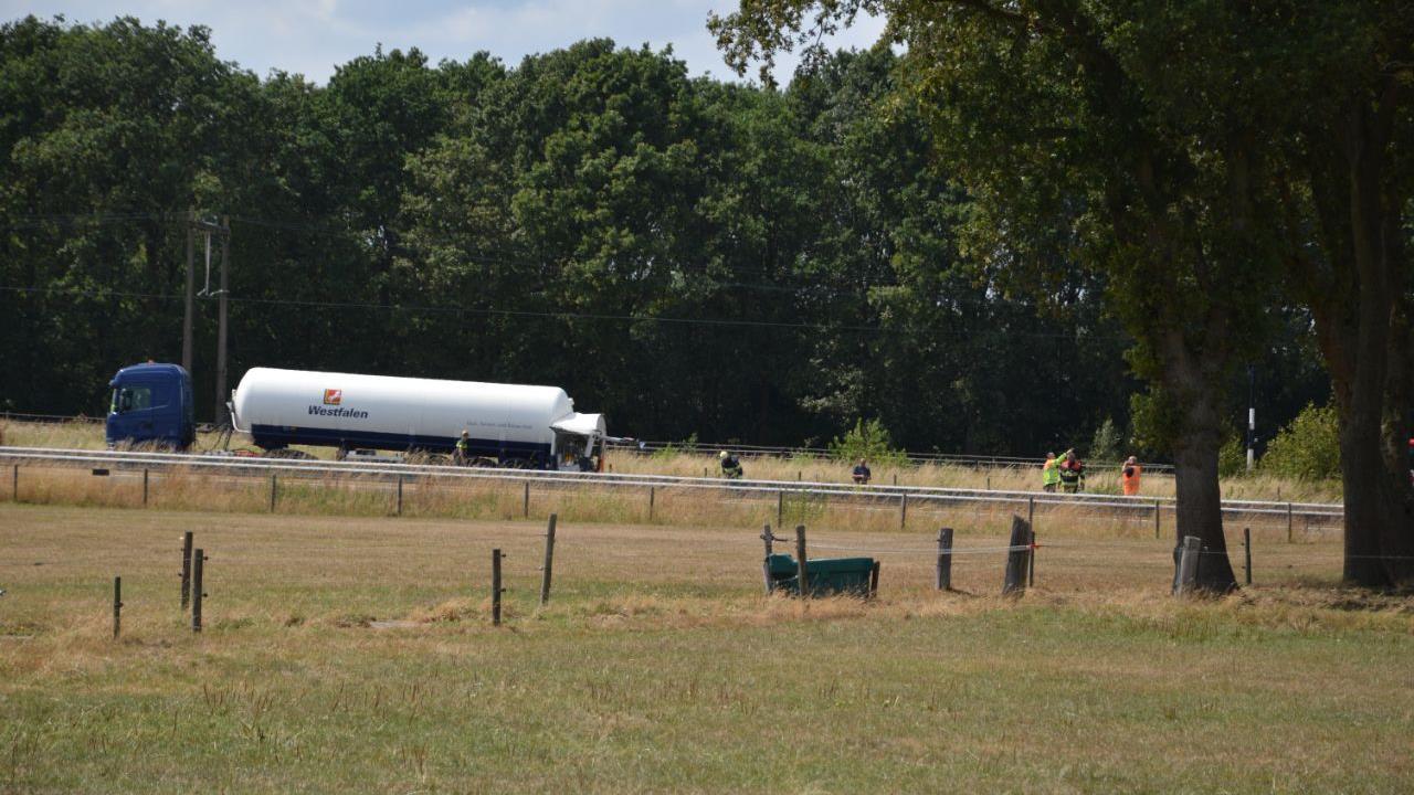 A32 bij Steenwijk volledig afgesloten door ongeluk met vrachtwagen.