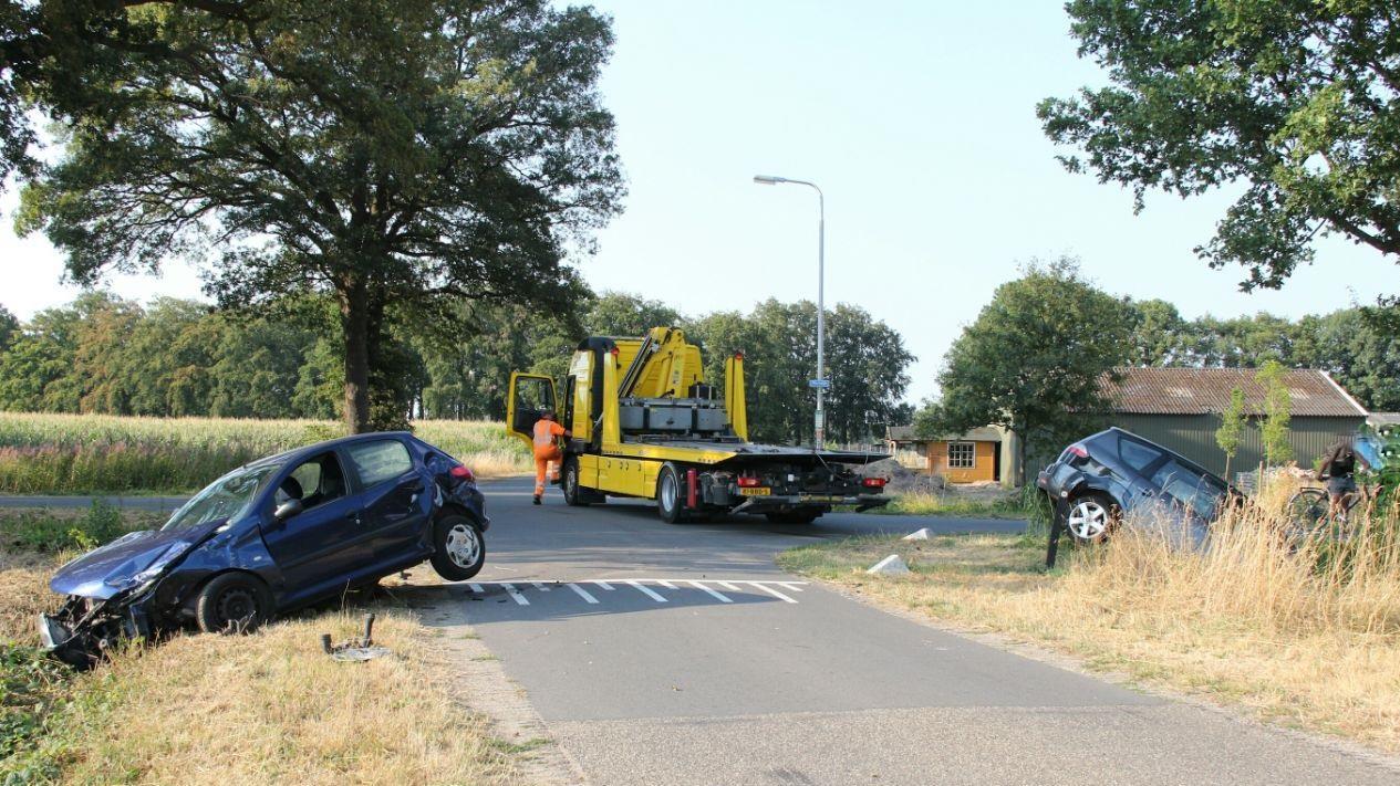 Twee autos eindigen in de sloot na aanrijding in Markelo.