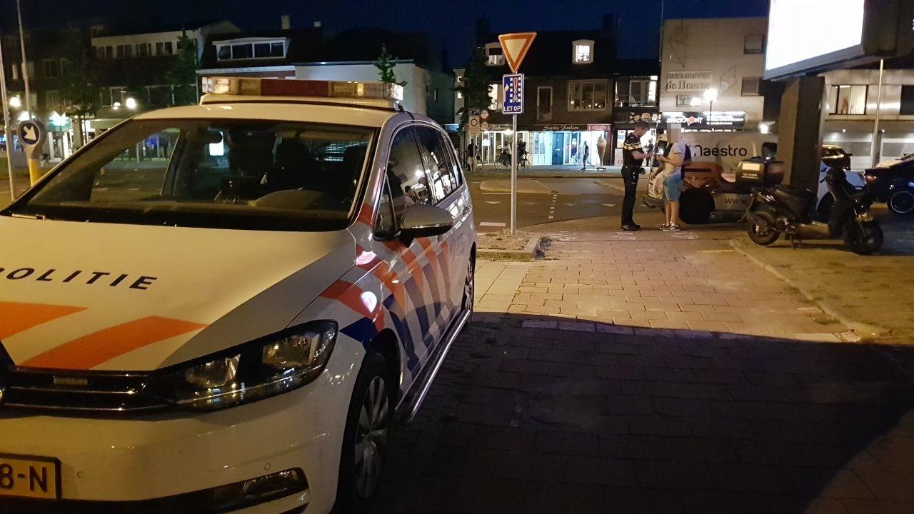 Maaltijdbezorger aangereden in Enschede, automobilist gaat ervandoor.