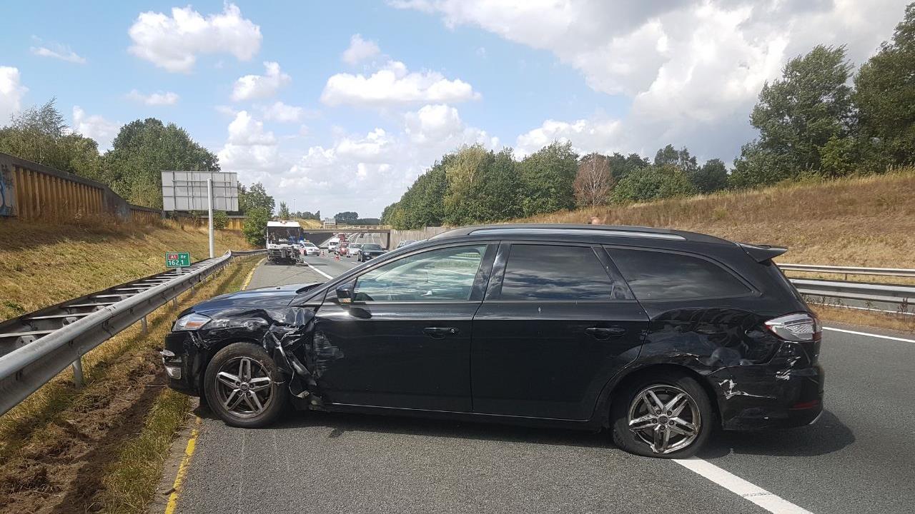 Ongeluk op de A1 bij Hengelo, één rijstrook afgesloten.