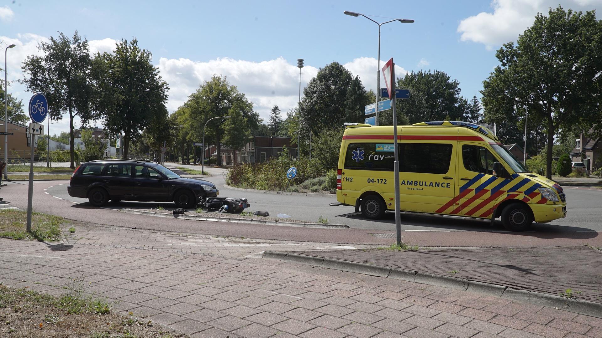 Snorscooter aangereden op rotonde in Deventer.