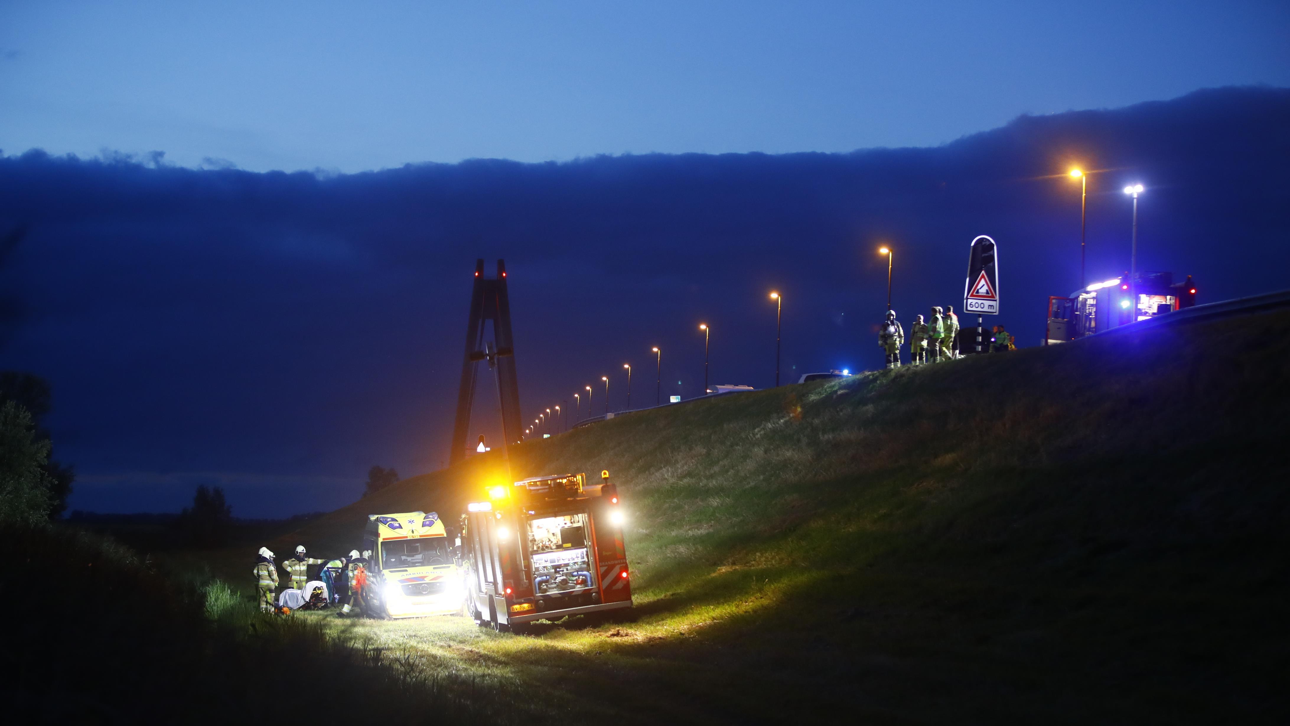 Auto glijdt dijk bij Kampen af na lichte botsing.