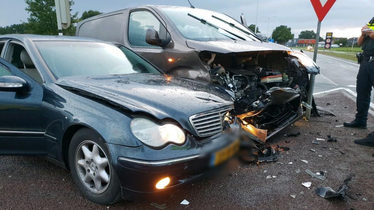 Drie gewonden bij ongeluk in Almelo.
